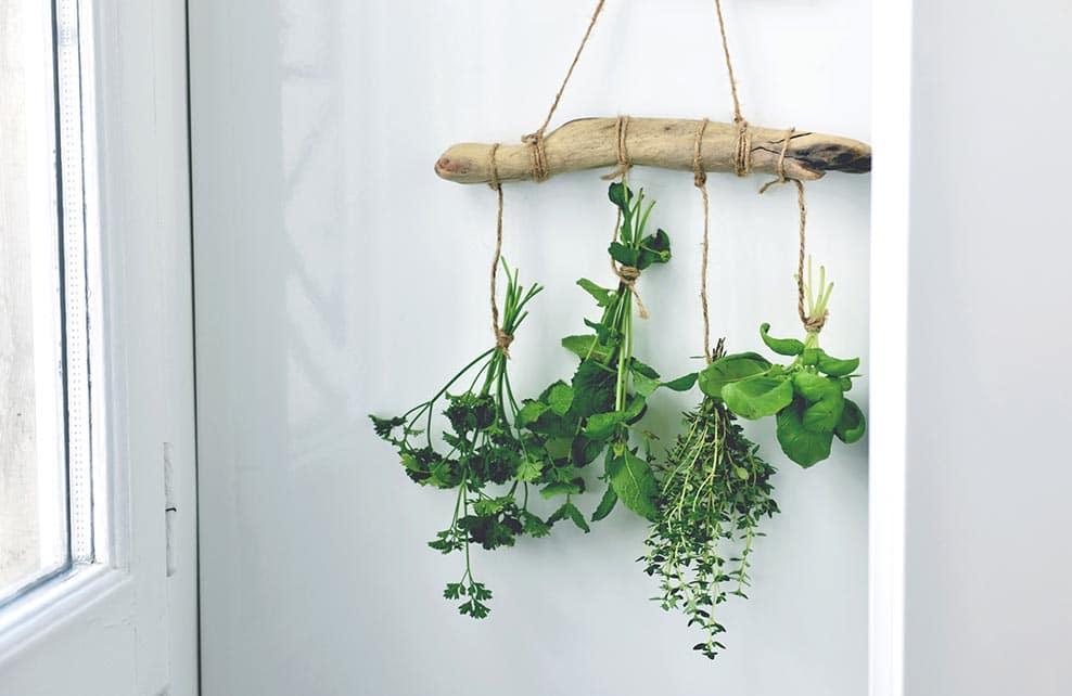Etape de réalisation finale du DIY de la suspension d'herbes séchées