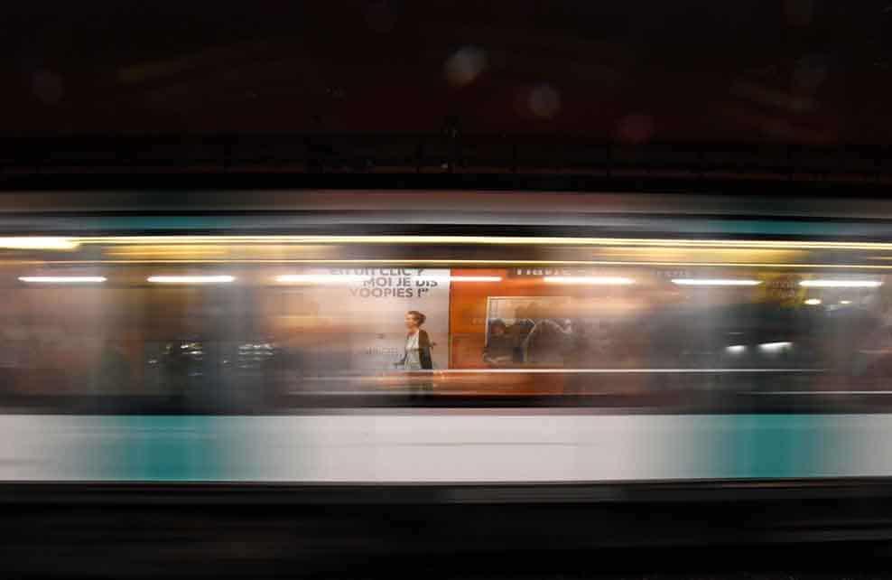 femme dans le métro qui avance vite