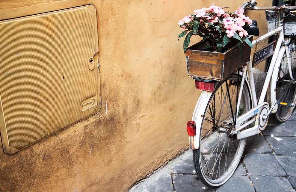 Vélo de femme appuyé contre un mur