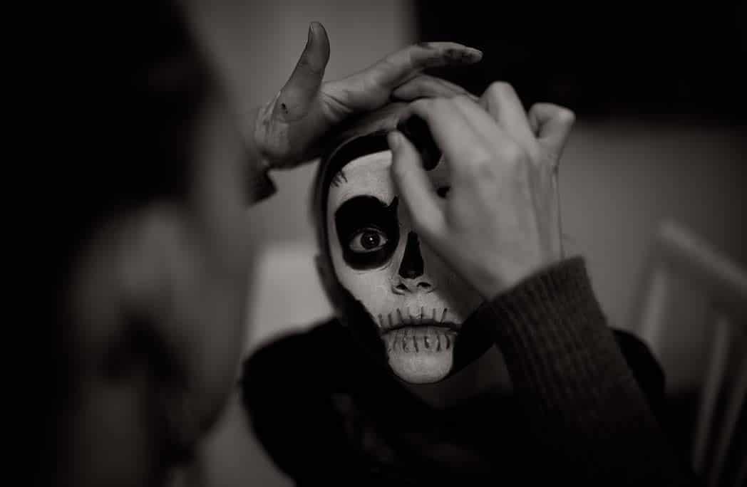 Femme maquillant un enfant pour Halloween