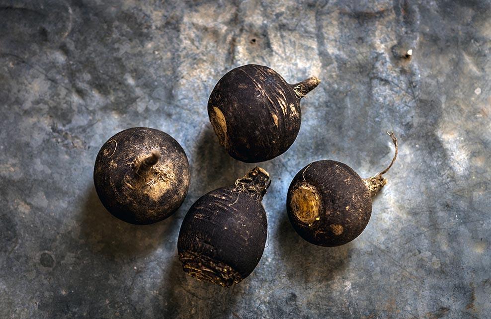 4 radis noirs sur fond rustique