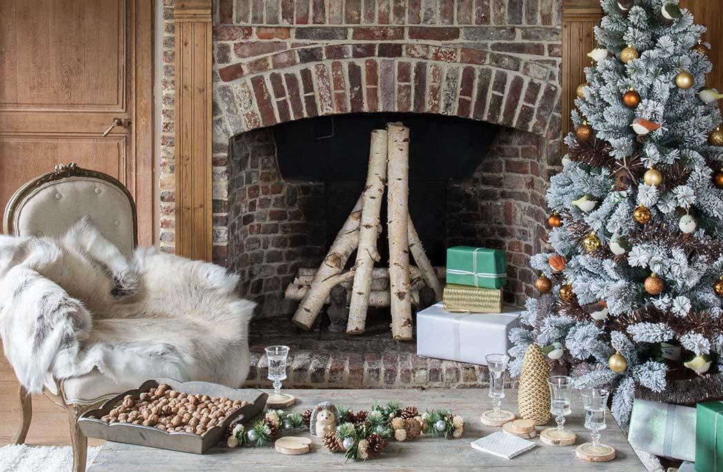 Décoration de Noël avec sapin devant la cheminée
