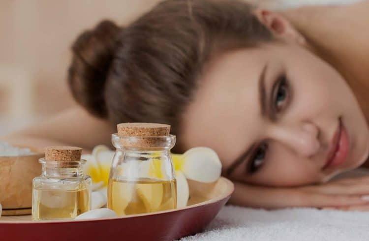 Visage de femme au spa avec huiles