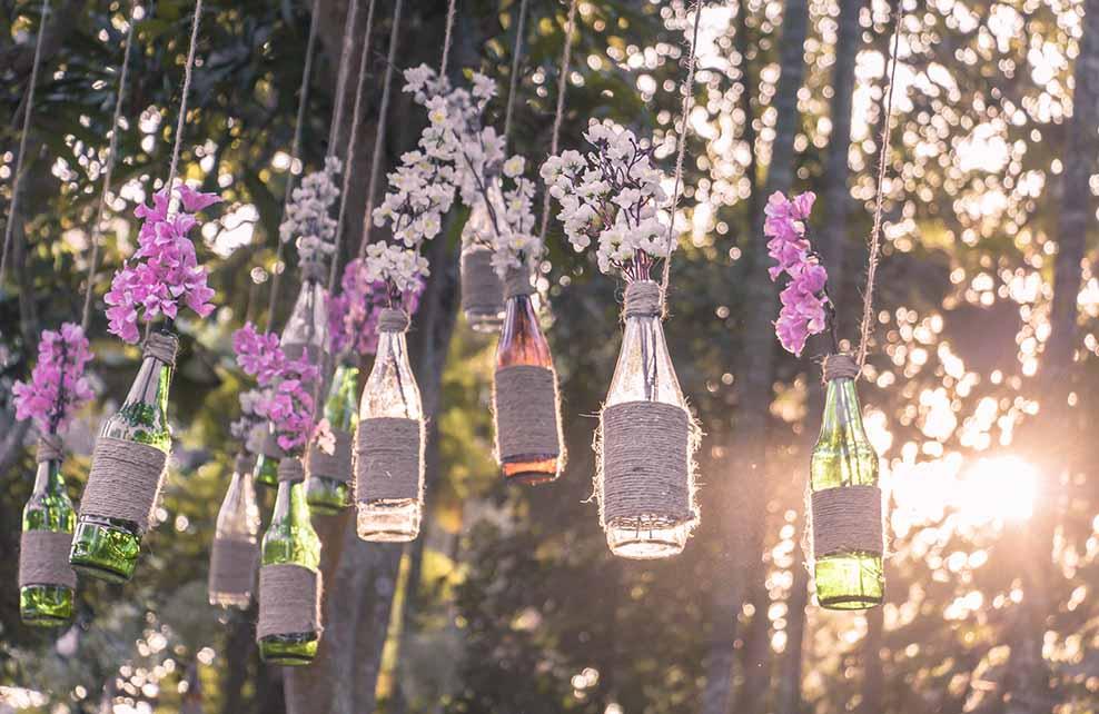 Bouteilles suspendues transformées en vase pour un mariage