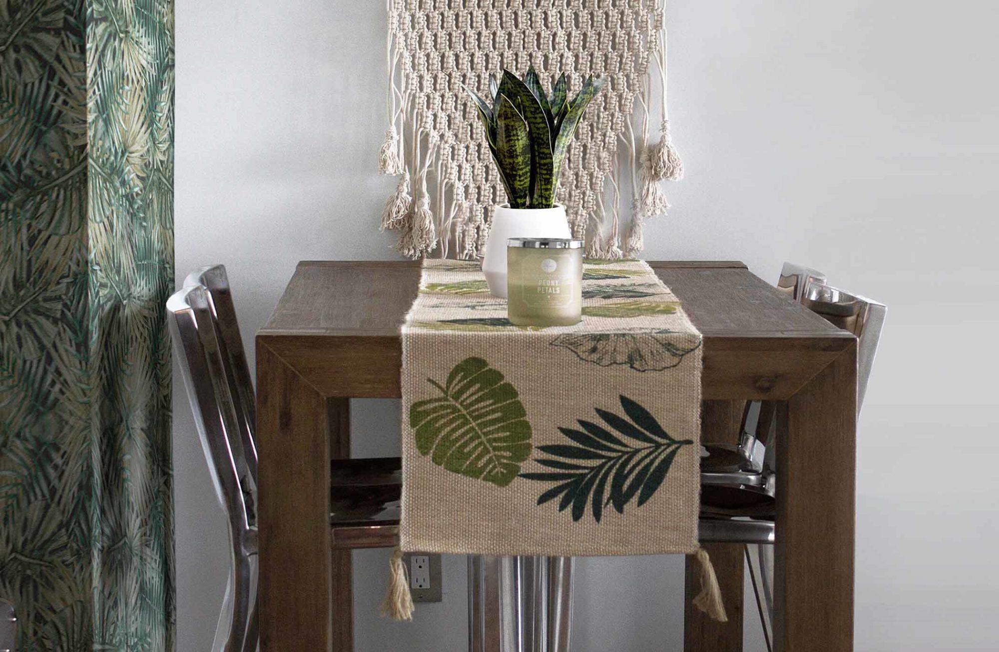 Salle à manger avec papier peint et chemin de table tropical