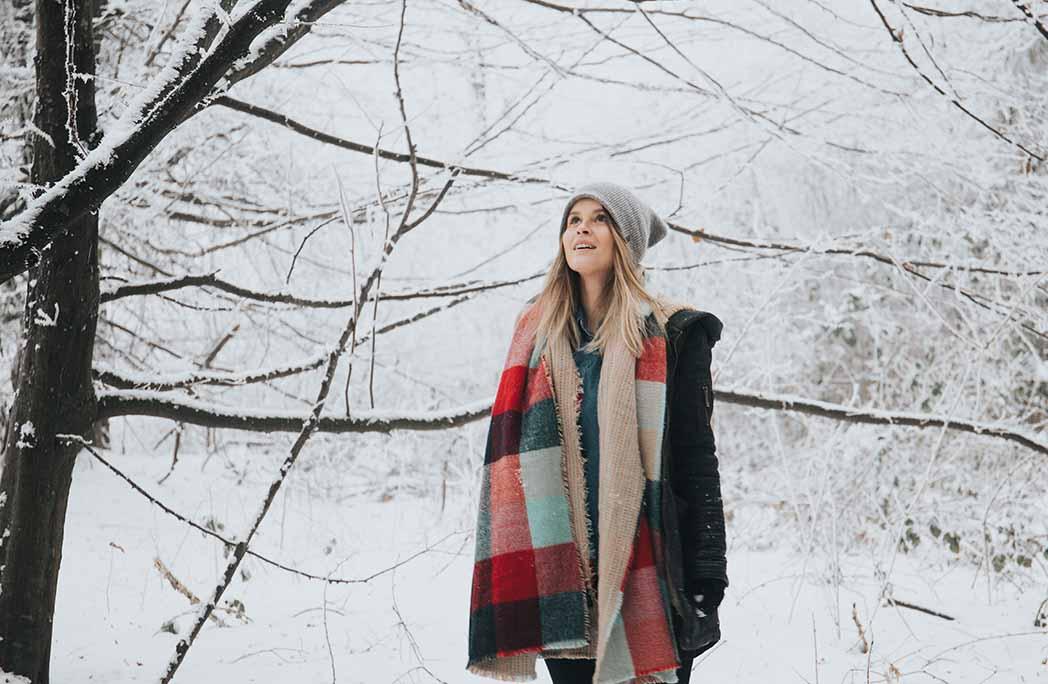 Femme regardant en l'air dans un paysage d'hiver