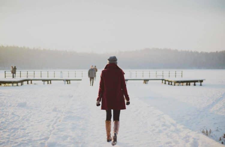 Jeune femme marchant dans la neige