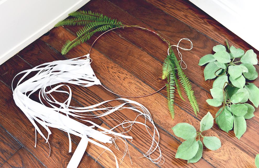 Attrape-rêves avec rubans et végétaux