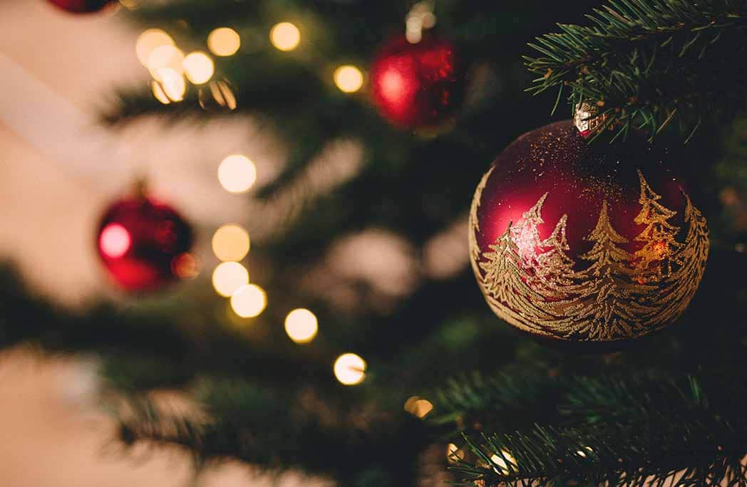 Gros plan sur un sapin de Noël décoré