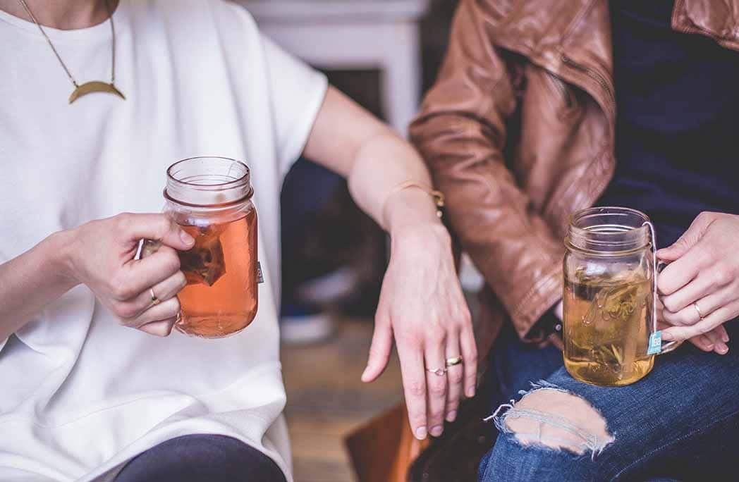 Deux femmes en train de discuter et de boire le thé