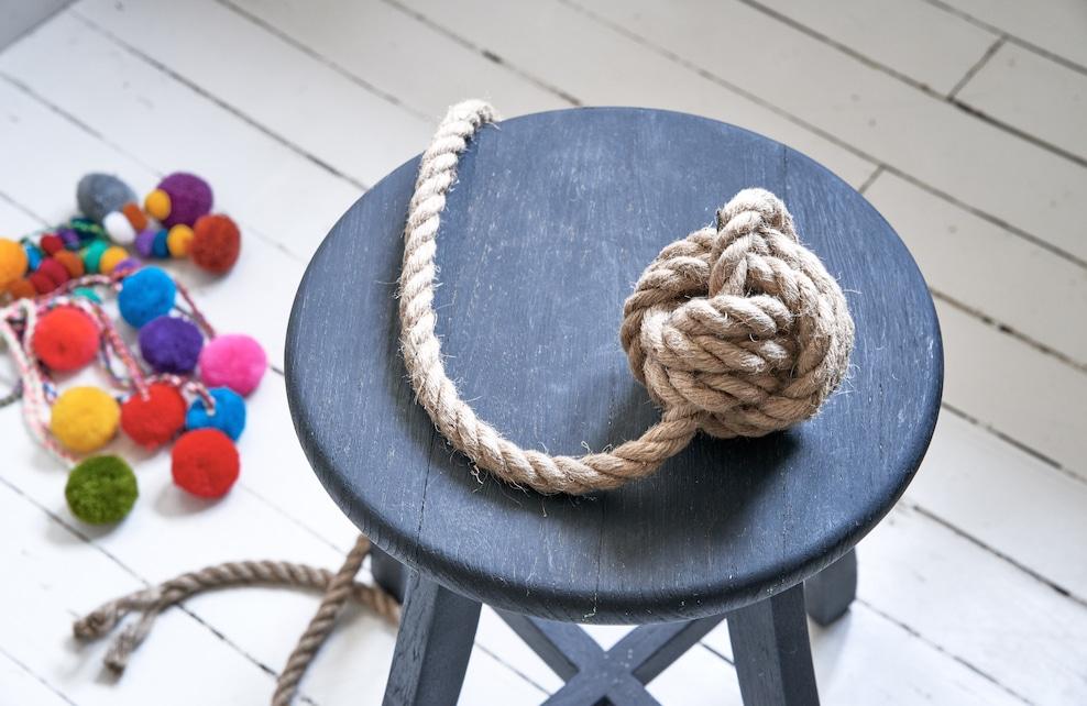 Seconde étape de la fabrication d'une balle pour chien, la corde est enroulée sur elle-même