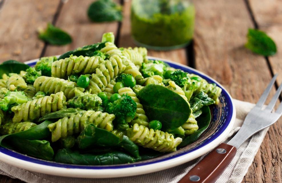 Assiette de pâtes aux légumes verts