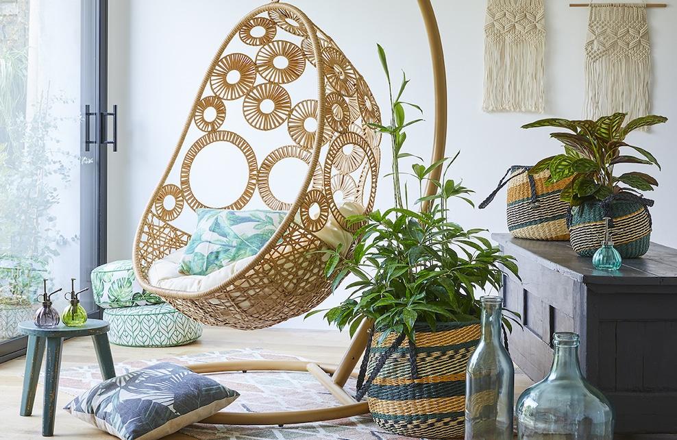 Salon avec fauteuil suspendu et paniers décoratifs