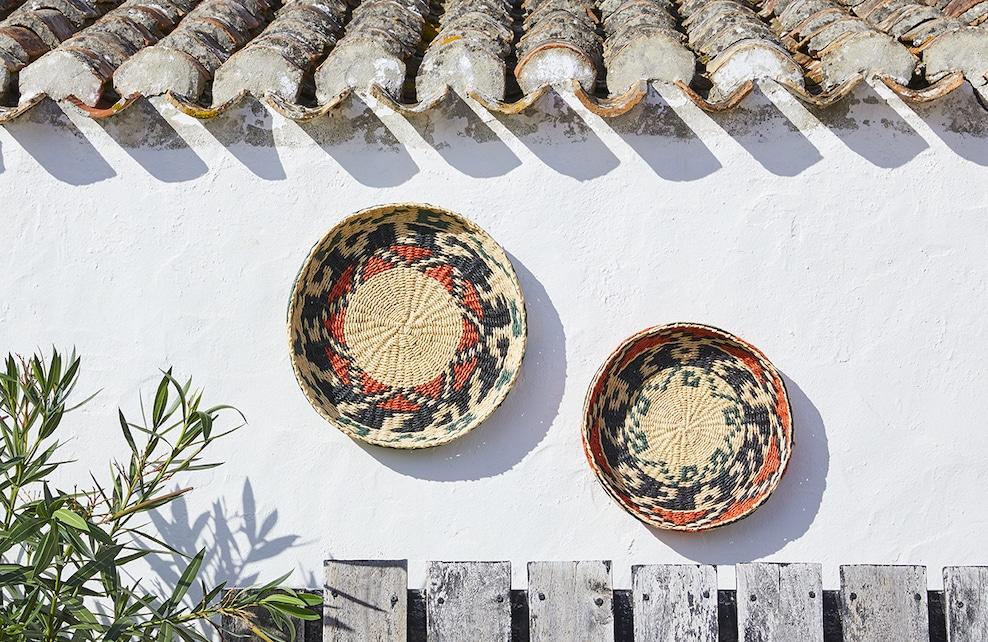 Paniers muraux de couleur, sur un mur blanc