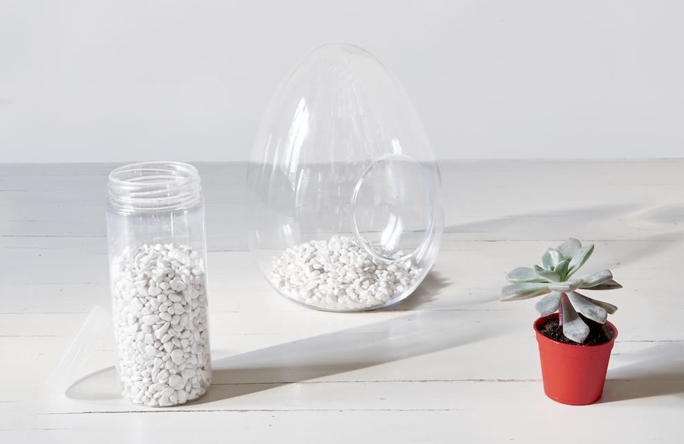 Etape 1 du terrarium, mettre des graviers dans le bocal