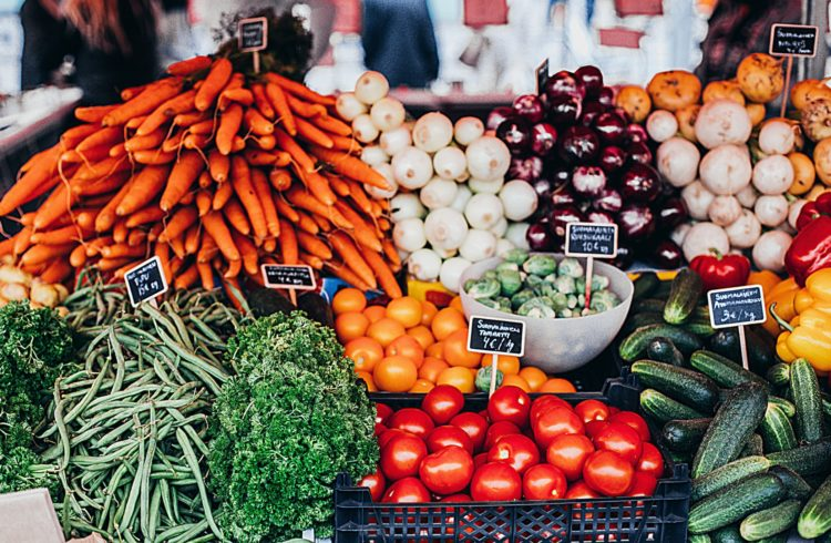 Etal d'un marché avec des légumes