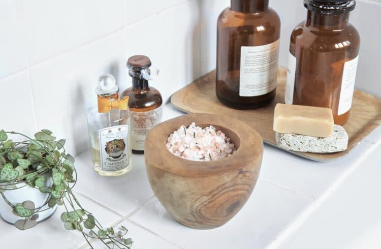Sel de bain dans un bol en bois