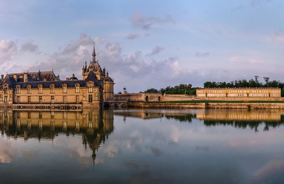 Château de Chantilly et son reflet dans l'eau