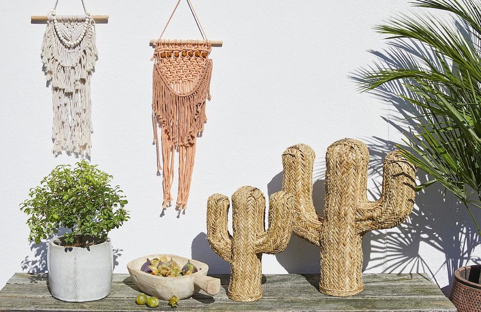 Cactus en paille et macramés colorés