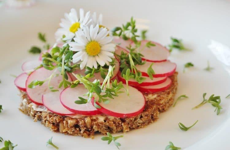 Assiette avec des fleurs comestibles