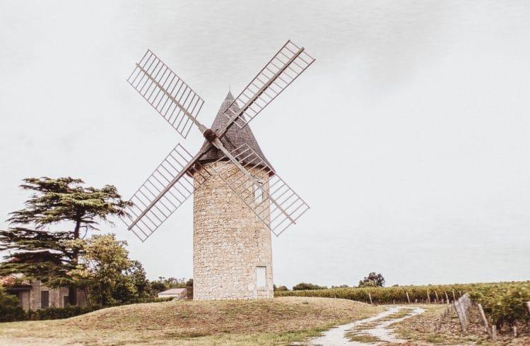 Moulin à vent dans une prairie