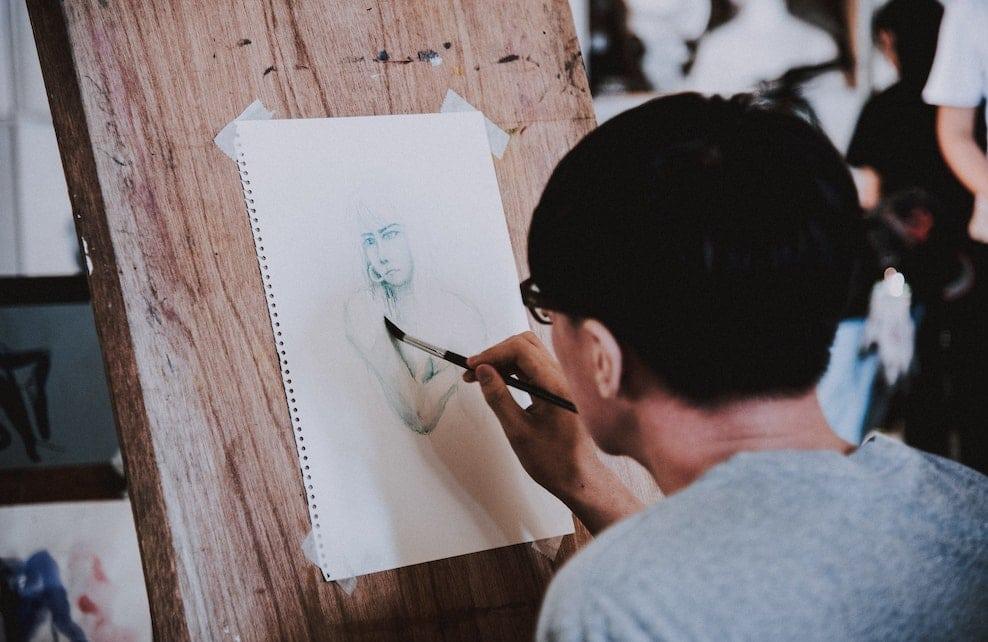 Personne en train de dessiner