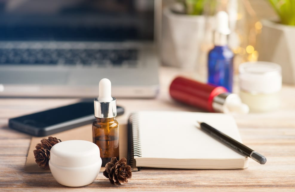 Flacon d'huile essentielle sur un bureau