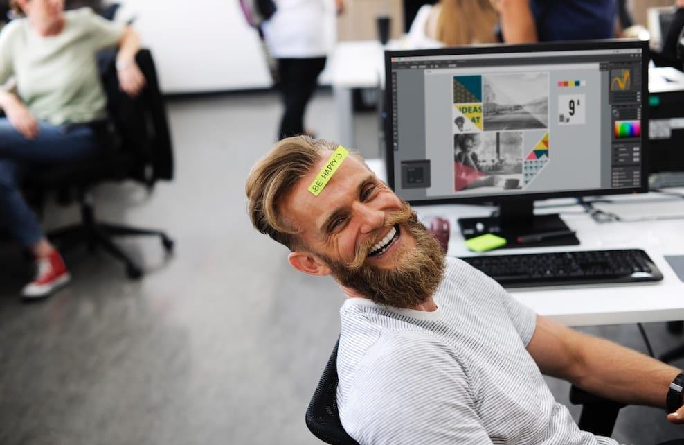 Homme souriant dans son bureau