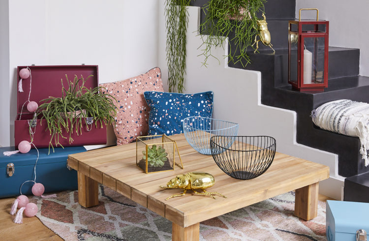 Déco salon, coussin à motifs et table en bois