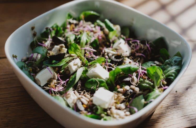 Salade de printemps dans un bol blanc