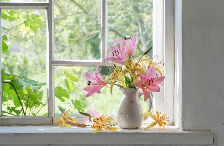 Bouquet de lilas sur un rebord de fenêtre