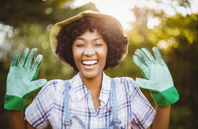 Une femme heureuse qui jardine