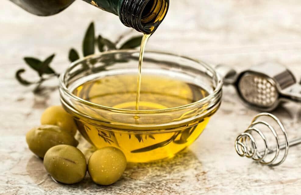 De l'huile d'olive dans un petit récipient