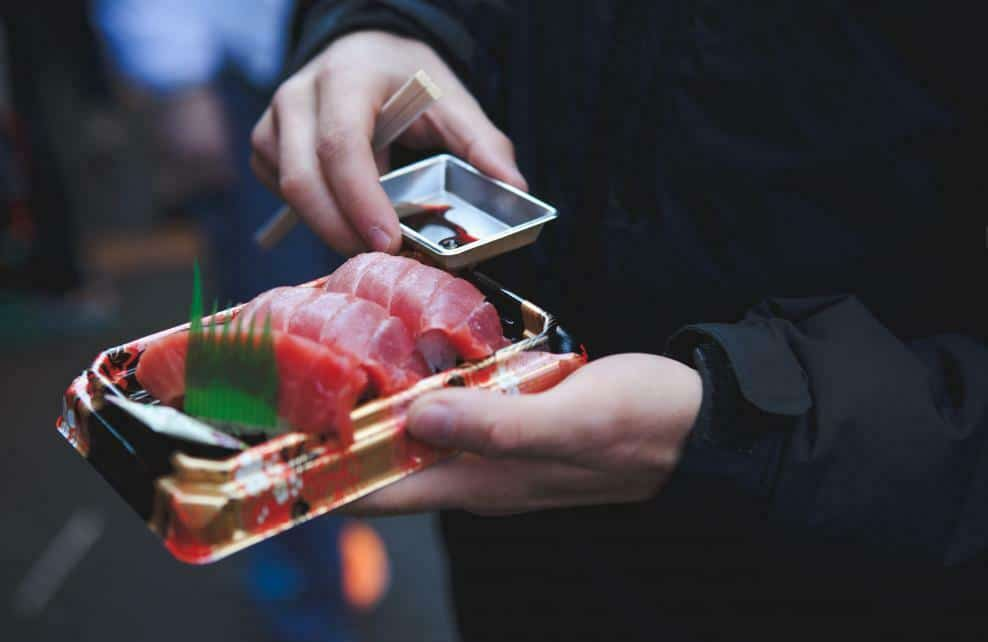 Des sushi en barquette