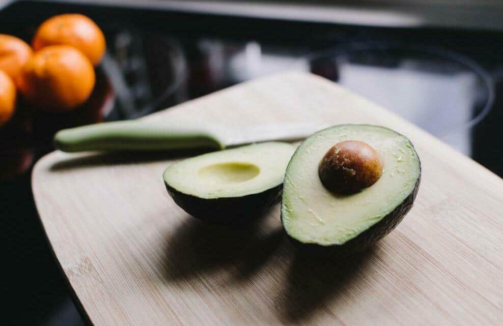 Un avocat coupé en deux, l'aliment star d'instagram