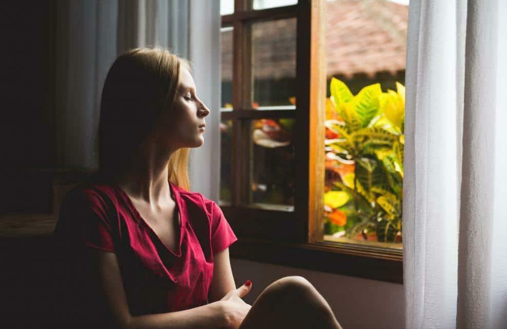 Une femme qui médite