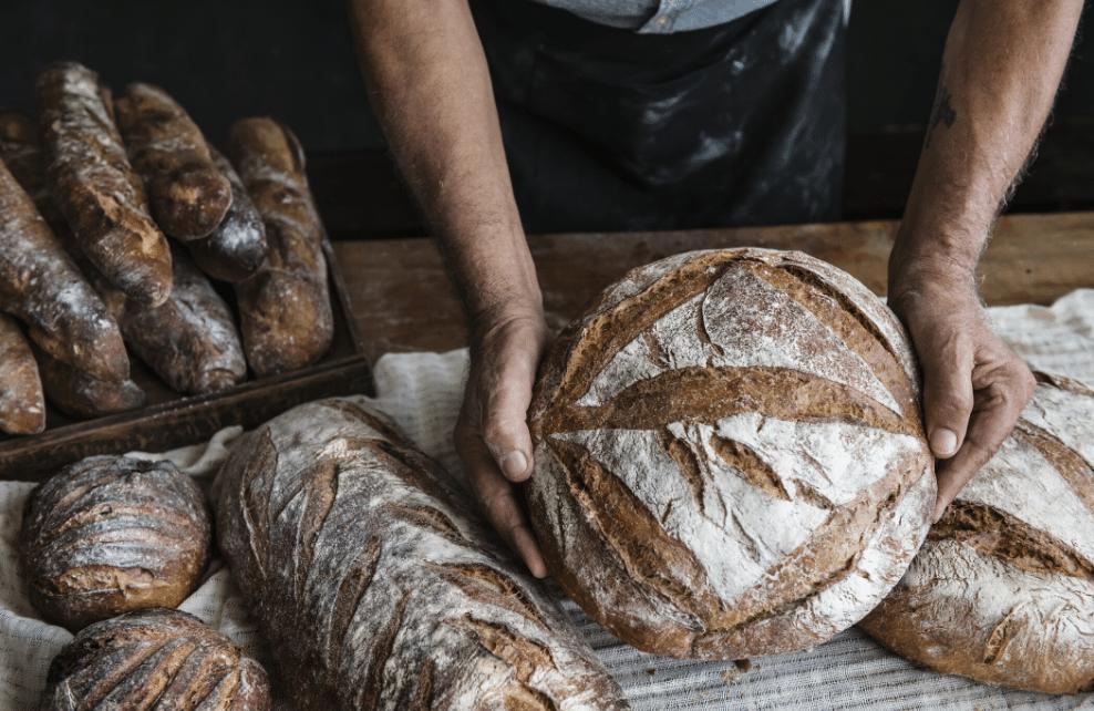 Des pains dans les mains du boulanger