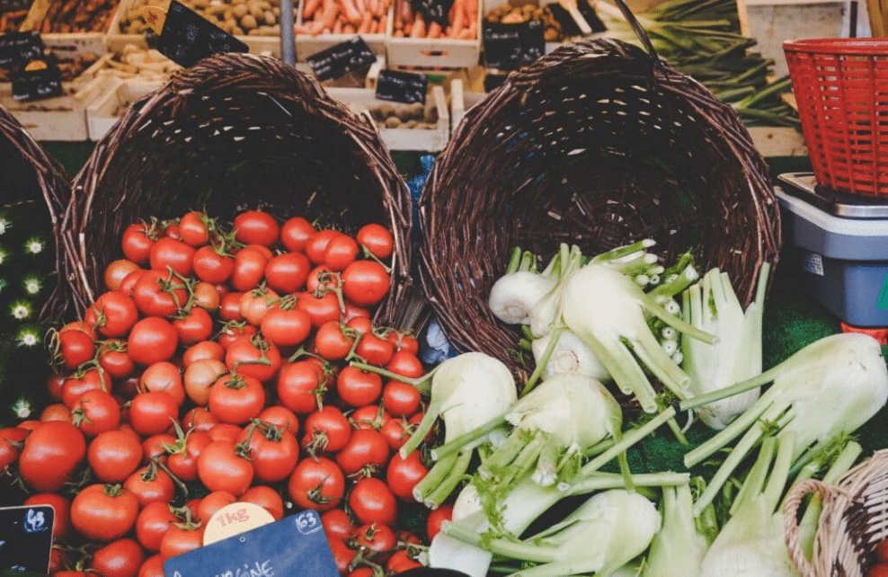 Des fruits et des légumes dans un panier