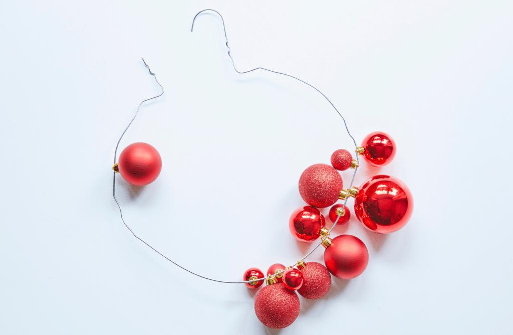 cintre avec boules de Noël pour faire une couronne
