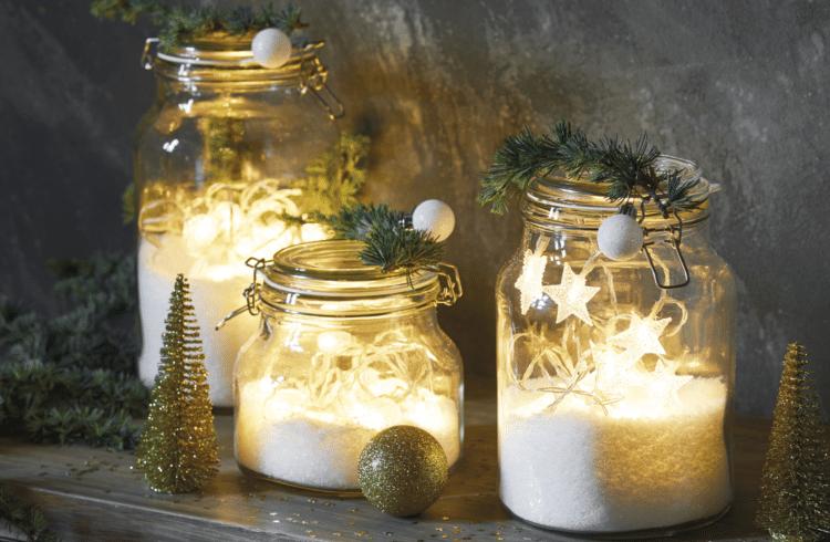 Bocaux avec guirlandes lumineuses de Noël à l'intérieur