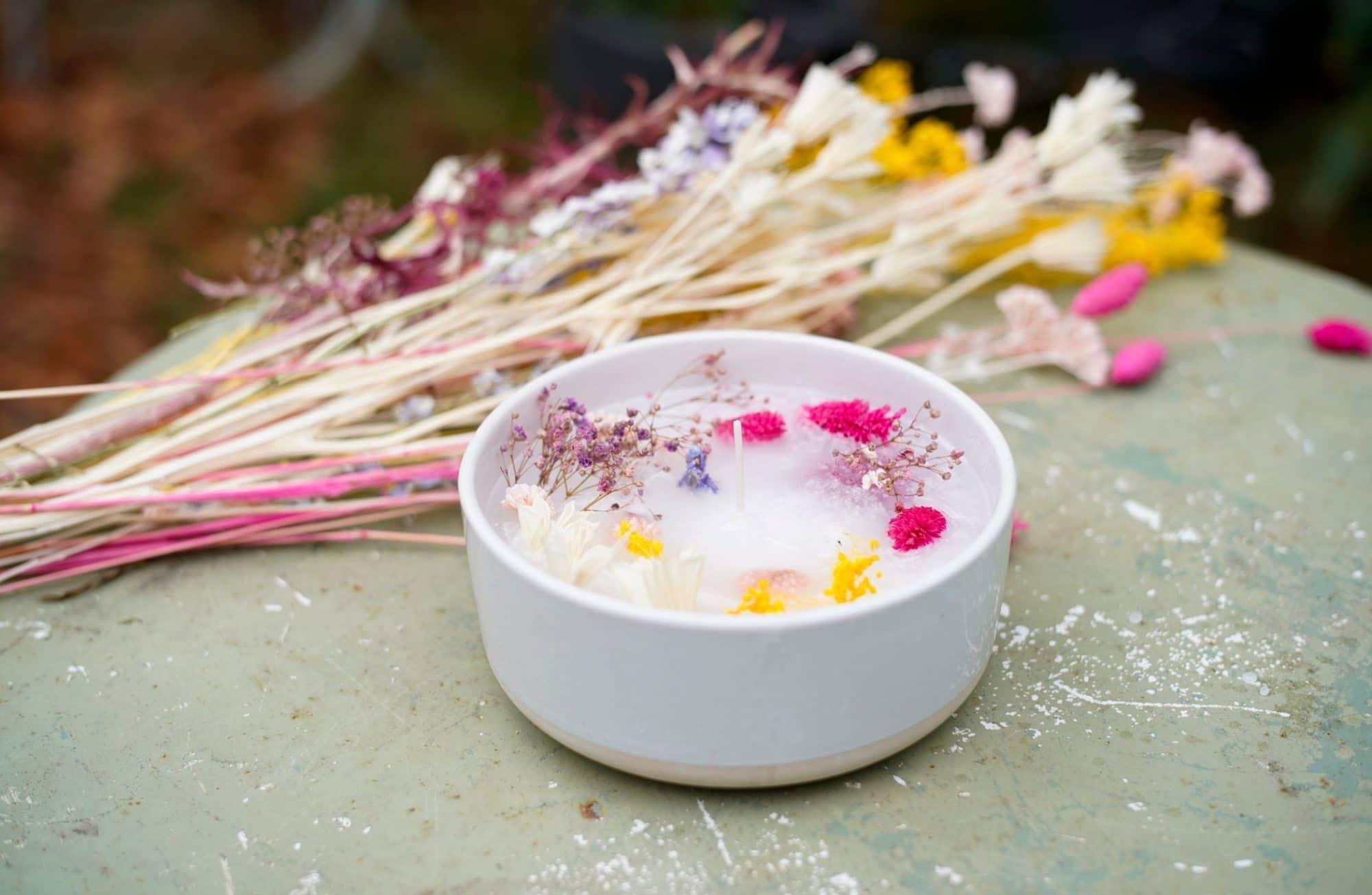 Réaliser des bougies avec des fleurs séchées