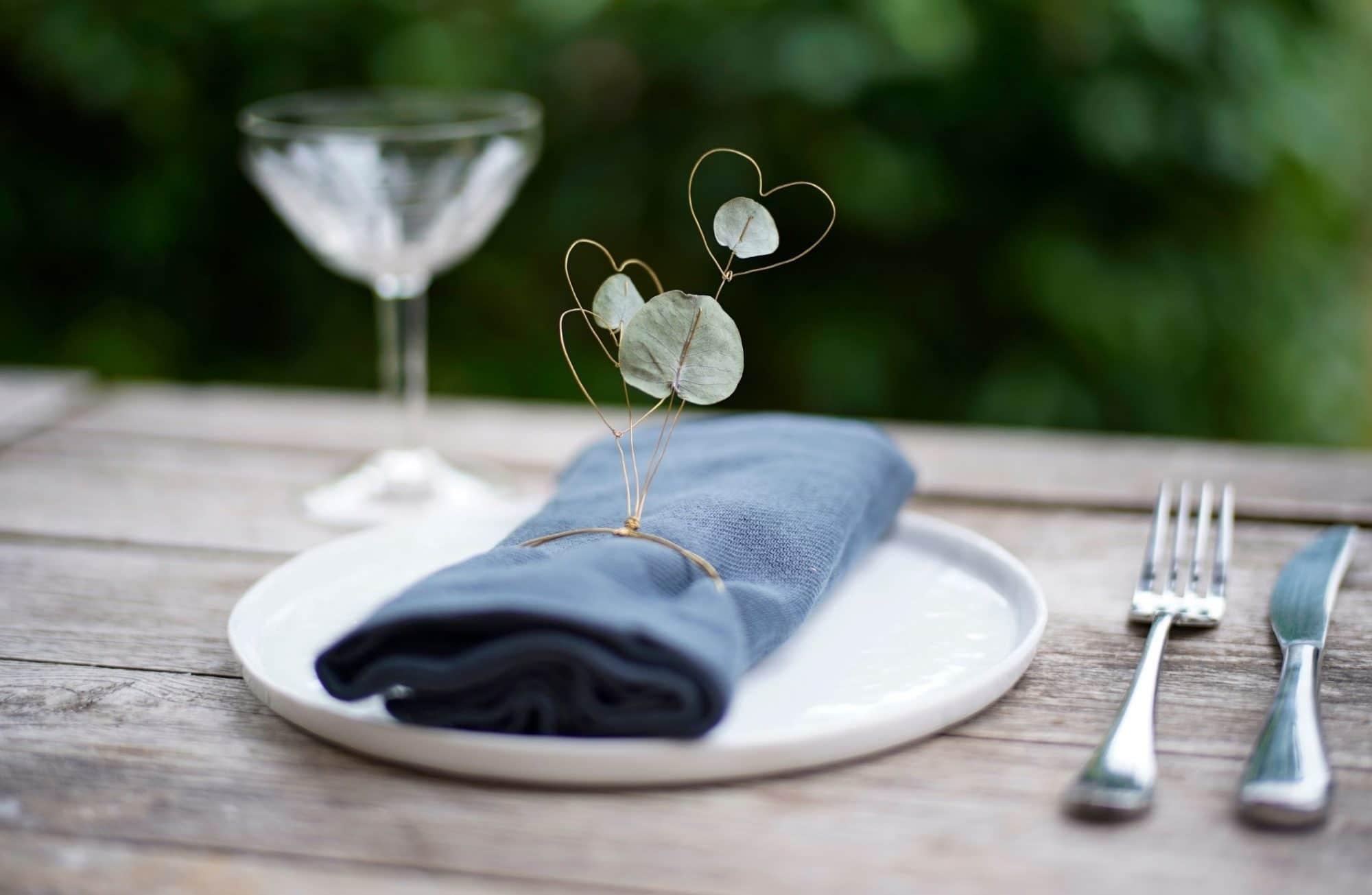 Comment fabriquer des ronds de serviette avec des fleurs ?