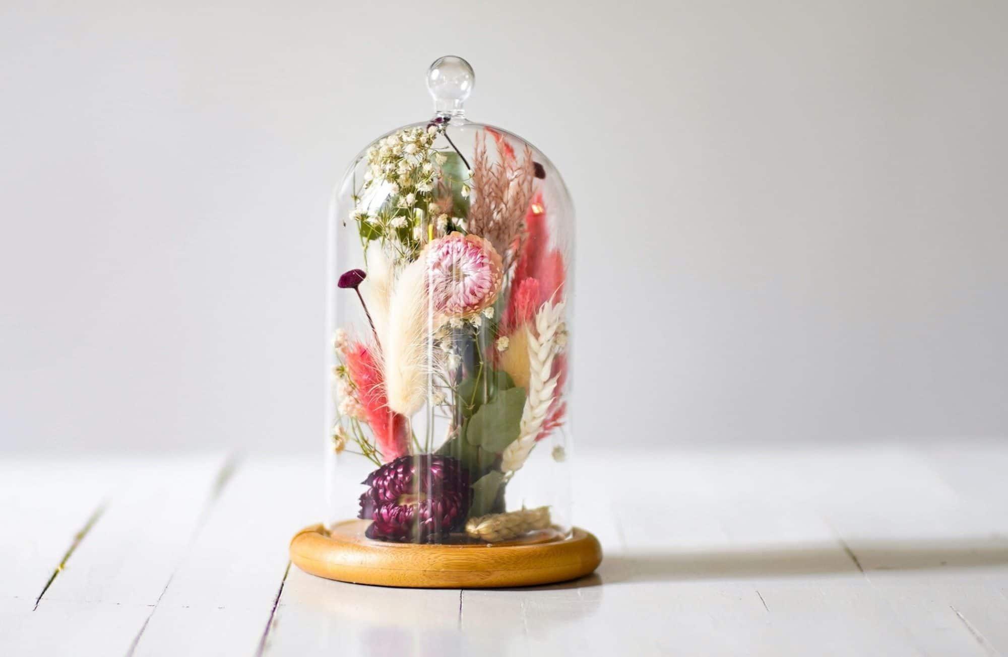 Comment créer une cloche décorée de fleurs séchées ?
