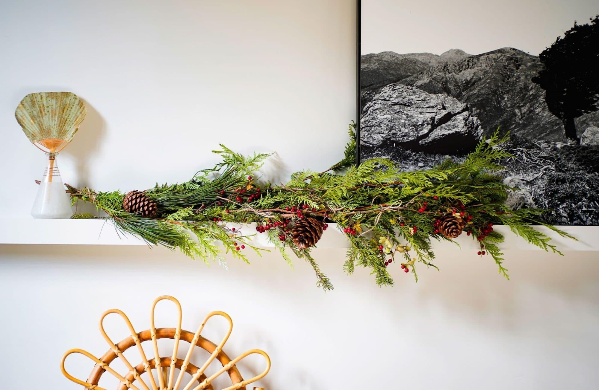 Confectionner une guirlande en branches de sapin pour Noël
